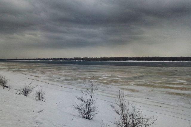 Несовершеннолетние бегали по льду реки Сылвы.