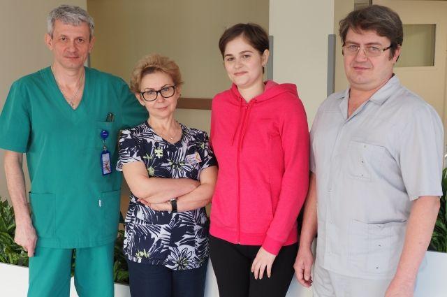 Ольга Панфиленок (вторая справа) и врачи, подарившие ей вторую жизнь.