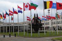 Штаб-квартира НАТО в Брюсселе выглядит как солидное и красивое здание, окружённое флагами разных стран. Но, к сожалению, внутри его не всегда принимаю мирные и взвешенные решения. А вооружения стран НАТО подходят всё ближе к российским границам.