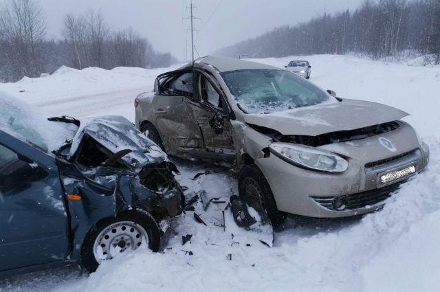 В результате аварии пострадал водитель Renault и двое пассажиров «Лады» - одному из них 44 году, второму 36 лет.