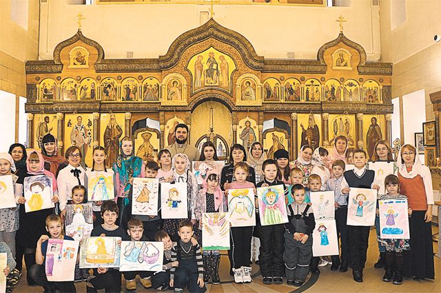 Дети центра «Преображение», их ангелы и святые (на рисунках).
