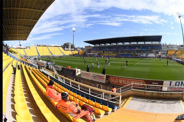 Пустой стадион на игре Итальянской Серии А.