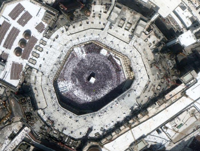Толпа вокруг Каабы у мечети-аль-Харам в Мекке, Саудовская Аравия. 14 февраля 2020 года.