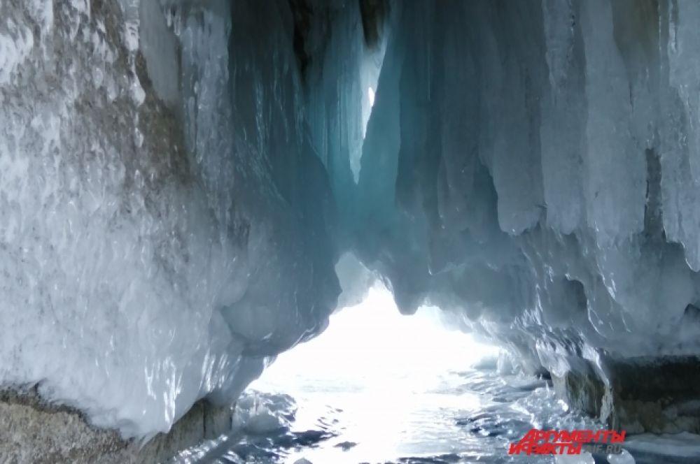 Скалистый берег острова причудливо украшен замёрзшей водой.