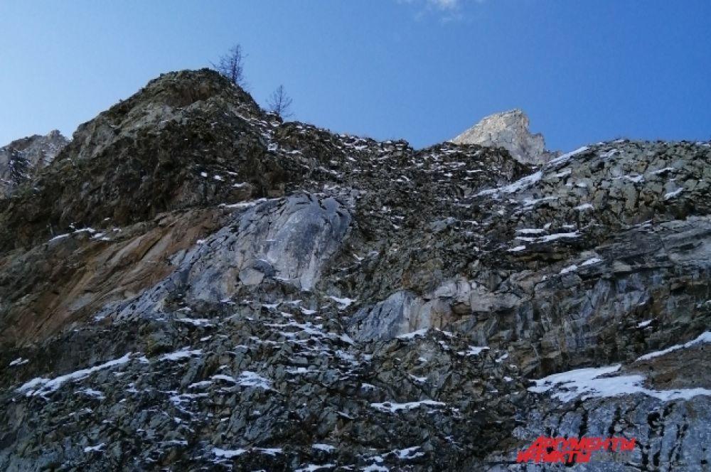 Скалы острова привлекают не меньше, чем ледяная гладь.