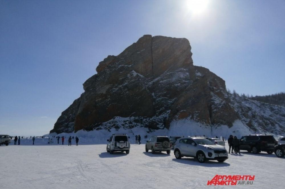Байкал зимой не менее популярен у туристов, чем летом.