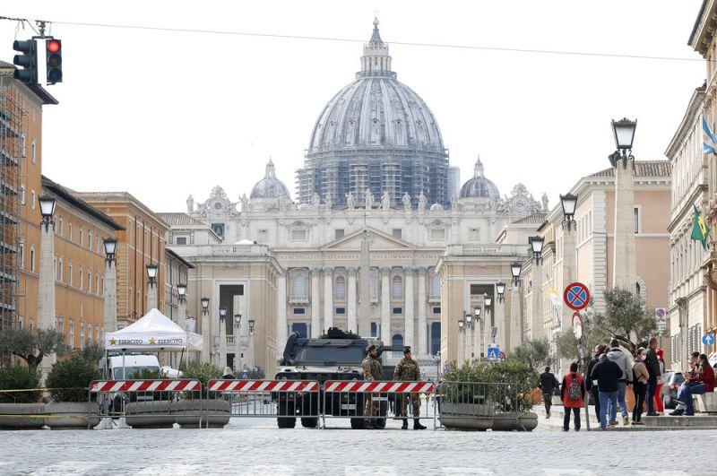 Закрытые площадь и базилика Святого Петра в Ватикане.