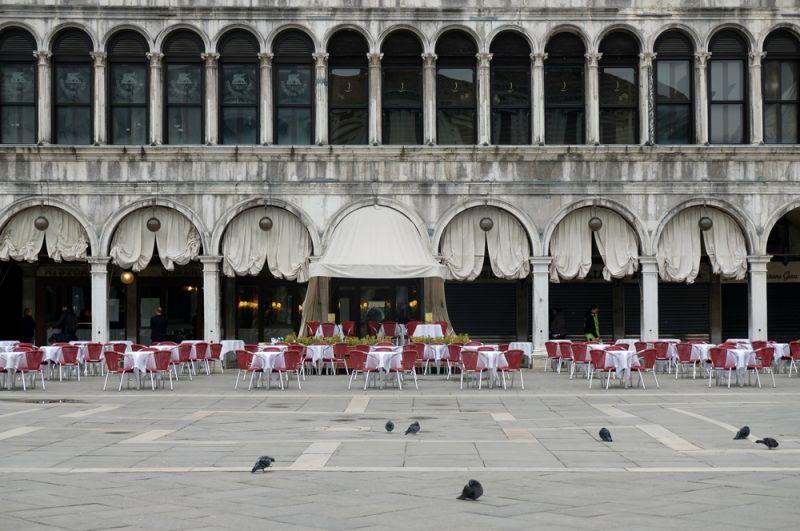 Ресторан на пустынной площади Сан-Марко в Венеции.