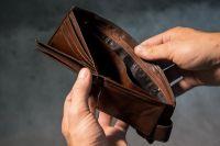 Когда уровень доходов падает, долги начинают расти