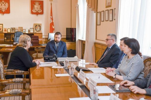 Чтобы вести разговор предметно и конструктивно, Алексей Островский пригласил на встречу с главой Смоленского района своих профильных заместителей и начальников департаментов.