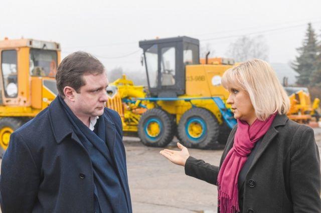 Анна Пархоменко рассказывает губернатору о планах по оптимизации работы коммунального предприятия «СпецАвто».