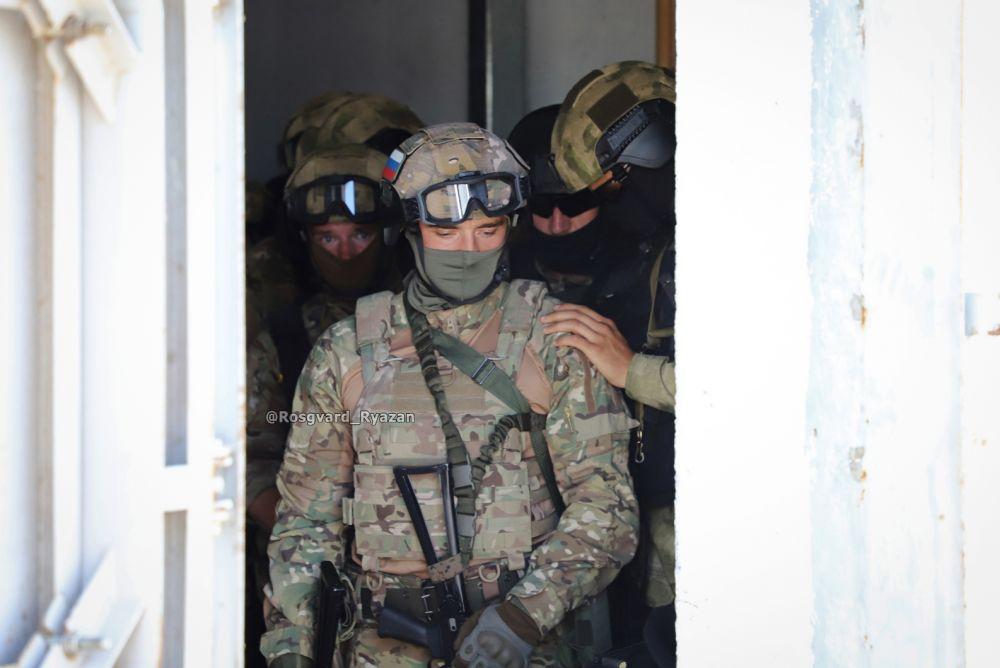 Офицеры СОБР. Перед штурмом