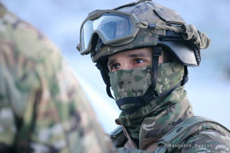Офицер СОБР на занятии по задержанию вооруженных бандитов