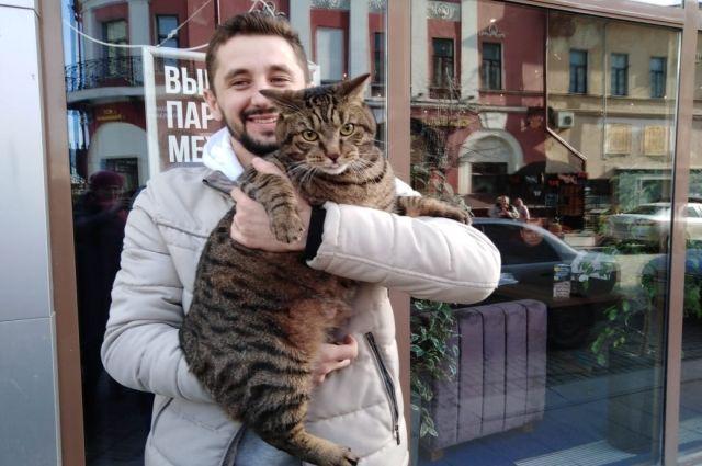 Михаил Галин никогда не расстается со своим котом.