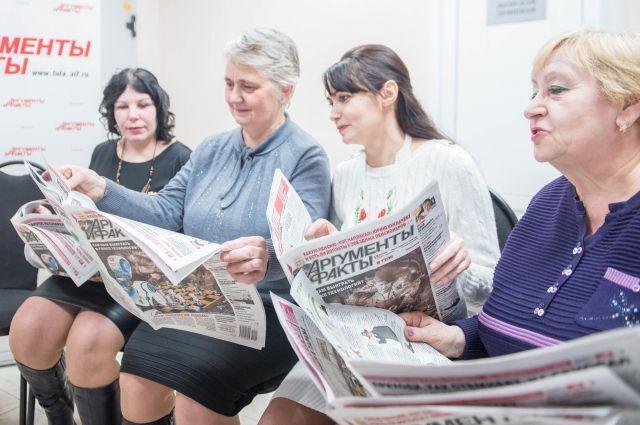 Екатерина Дельцова, Марина Писарева, Елена Дороничева и Валентина Новикова обсуждают свежий номер газеты.