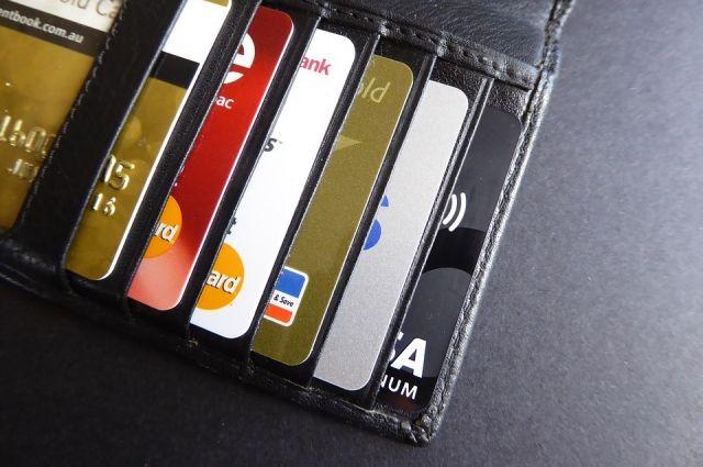 Жители Красноярского края стали чаще пользоваться банковскими картами.