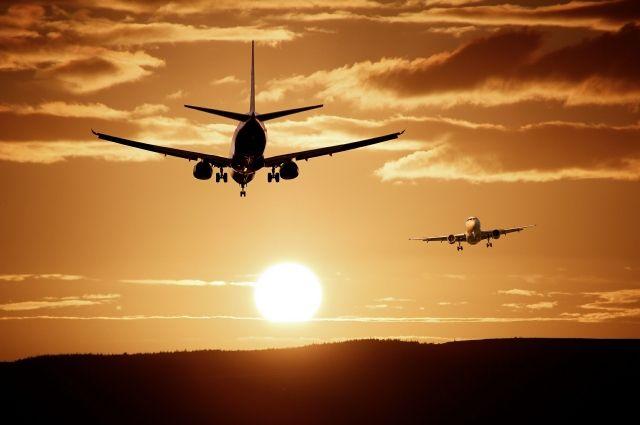 У 58-летнего мужчины во время полета начались проблемы с сердцем.