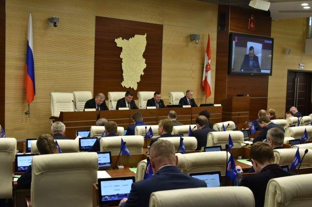 После обсуждения депутаты одобрили внесённые поправки большинством голосов.