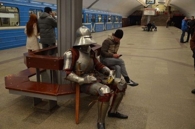 На одной из станций новосибирского метро заметили рыцаря в доспехах.
