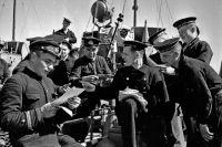 1942 год. Черное море. Военный почтальон старшина 1-ой статьи Т.К. Кравченко раздает краснофлотцам катера-охотника письма и газеты.