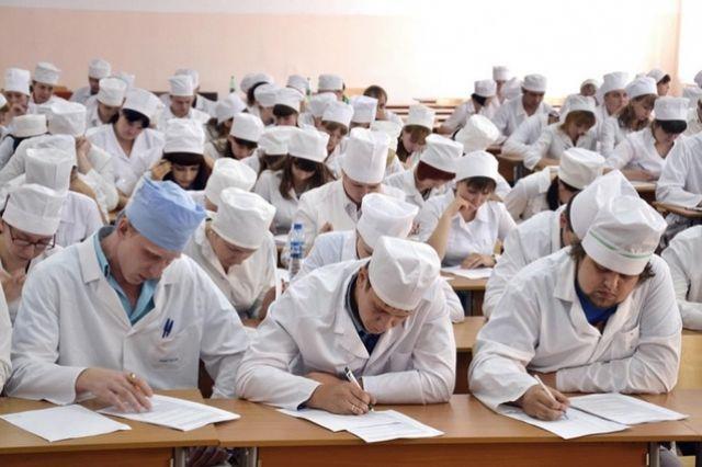 Студенты-медики перед выбором: остаться на Смоленщине или попытать счастья в столице? Многие считают более выгодным второй вариант.