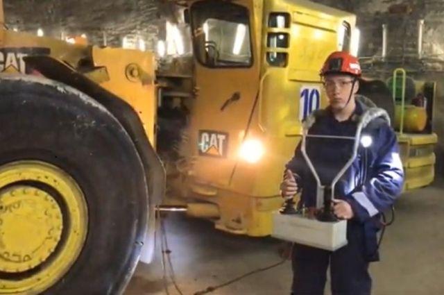 Третьекурсник СФУ Александр Чистяков дистанционно управляет погрузчиком руды на глубине больше километра.