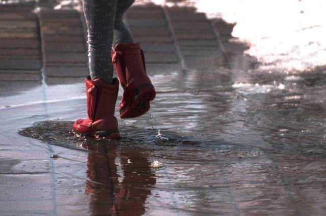 Оренбуржцы жалуются на затопленный поземный переход.