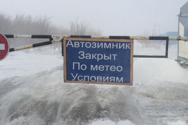 В ЯНАО после метели расчищают зимник Салехард - Надым