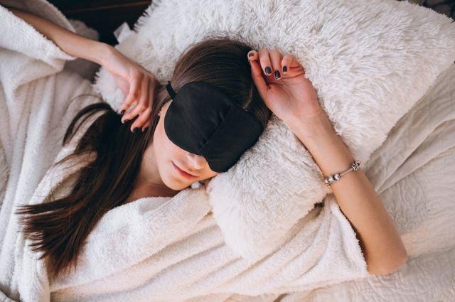 Здоровому взрослому человеку требуется регулярно спать не менее семи часов в сутки.