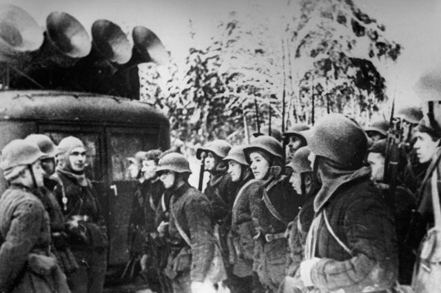Советско-финская война 1939-1940 гг. Бойцы Красной Армии слушают радио на привале.