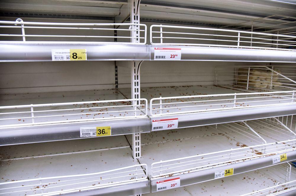 Пустые полки в одном из супермаркетов Львова. Потребители начали массово скупать продукты из-за опасности распространения коронавируса.