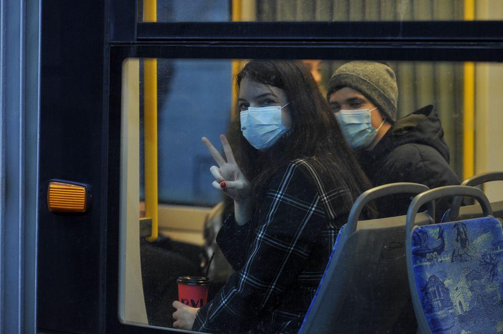 Пассажиры в общественном транспорте в Киеве.