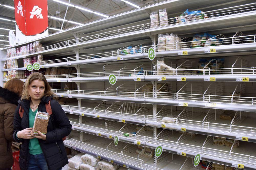 Пустые полки в одном из супермаркетов Львова.