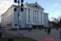 Вместимость театра оперы и балета - 843 человека.