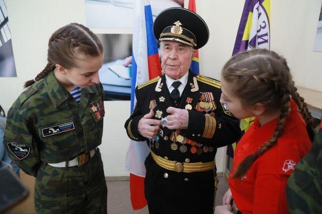 Ветераны и гимназисты рассказали гимназистам о своем пути.
