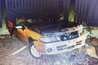 Машина врезалась в железнобетонный столб.