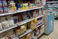 В супермаркетах продавцы на кассе вежливо предлагают купить продукты по акции.
