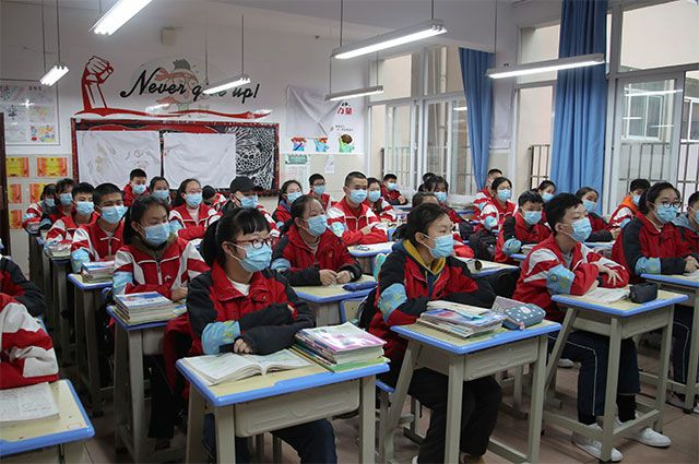 Школьники на занятиях в первый день их возвращения в школу после вспышки нового коронавируса в Гуйяне, провинция Гуйчжоу, Китай, 16 марта 2020 года.