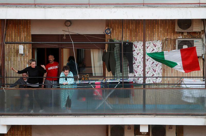 Жители Рима танцуют на балконе.