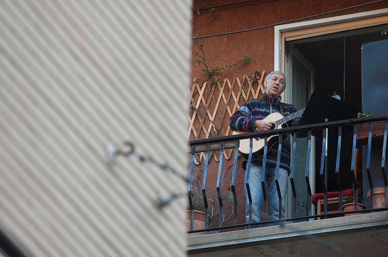 Мужчина играет на гитаре, Рим.