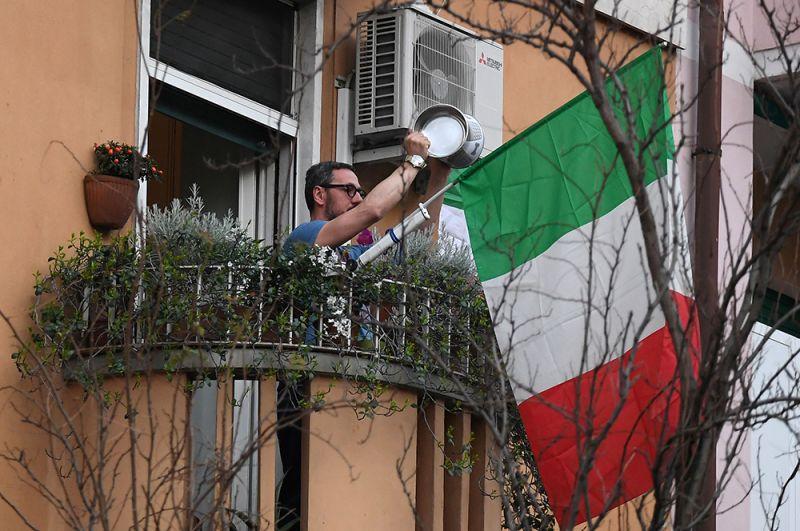 Мужчина поддерживает музыкальным флешмоб, Рим.