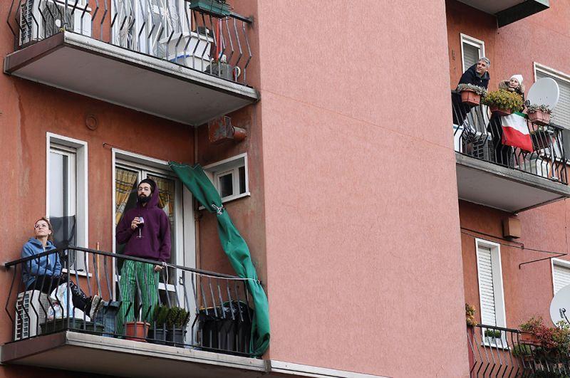 Жители дома слушают, как их сосед играет на гитаре, Милан.