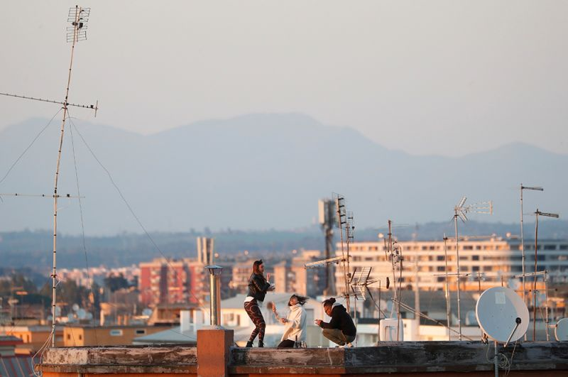 Молодые люди на крыше, Рим.