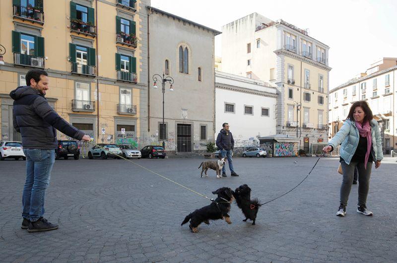 Жители Неаполя соблюдают рекомендуемую дистанцию на прогулке с собаками.