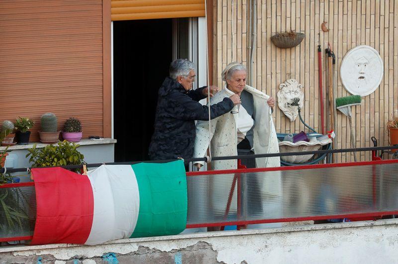 Пожилая пара на своем балконе, Рим.