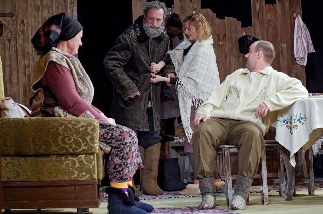 Виталий Романов играет в спектакле деда Прокопа.