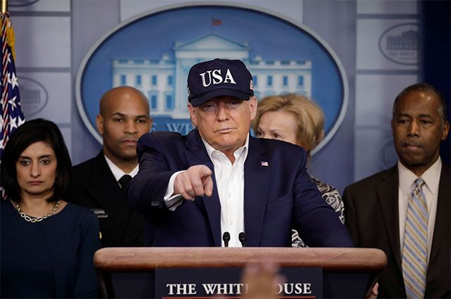 Президент США Дональд Трамп проводит брифинг для прессы с членами Целевой группы по коронавирусу в Белом доме в Вашингтоне, США, 14 марта 2020 года.