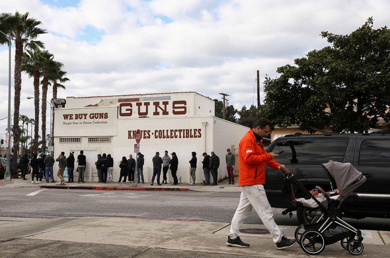 Калвер-Сити, Калифорния, США. Очередь в оружейный магазин.