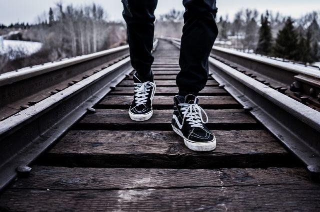 Машинист  поезда, заметив человека, подал сигнал и применил экстренное торможение, но мужчина на сигналы не реагировал.