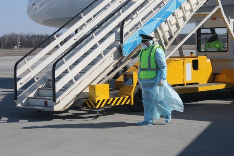 Специалисты Роспотребнадзора поднялись на борт, чтобы измерить температуру у пассажиров